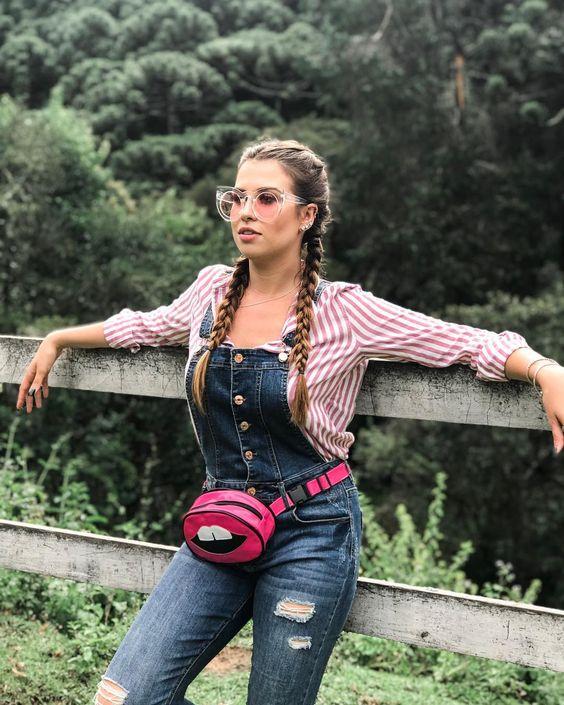 Essa é a Fabi, dona de fazendas, só observando as suas terras! 🙄💖😂 #cbbviaja #cbbdigital Look do dia Pochete Pochete rosa Camisa listrada Jardineira jeans Trança boxeadora