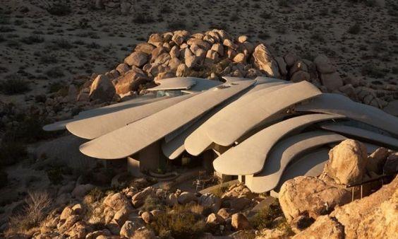 Voici une incroyable habitation située dans le désert californien, un bel exemple d'architecture moderne adaptée à son environnement. Nous devons cette maison à l'architecte Kendrick Bangs Kellogg et au décorateur Jean Vugrin. Le dessin organique de cette habitation est composé de béton, d'acier, de verre et de cuivre permettant au projet de se fondre dans les rochers. Vous pouvez vous procurer cette maison hors-norme pour 3 millions $.