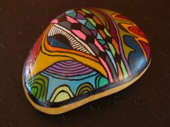 218, Galet aux crayons de couleur et acrylique dans des tons vifs et multicolores : Peintures par vague-a-l-art