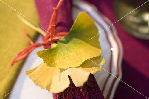 Gelbe Gingko Blätter als Tellerdeko