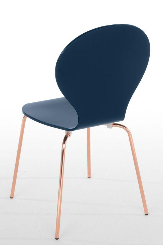 Kitsch Stuhl in Blau mit Kupferbeinen. Wir haben den wunderschön geschwungenen Kitsch Stühle haben ein Update gegönnt und mit Beinen in Kupfer versehen. Das warme Rosé-Finish ist der perfekte Metallic-Akzent für dein Zuhause.