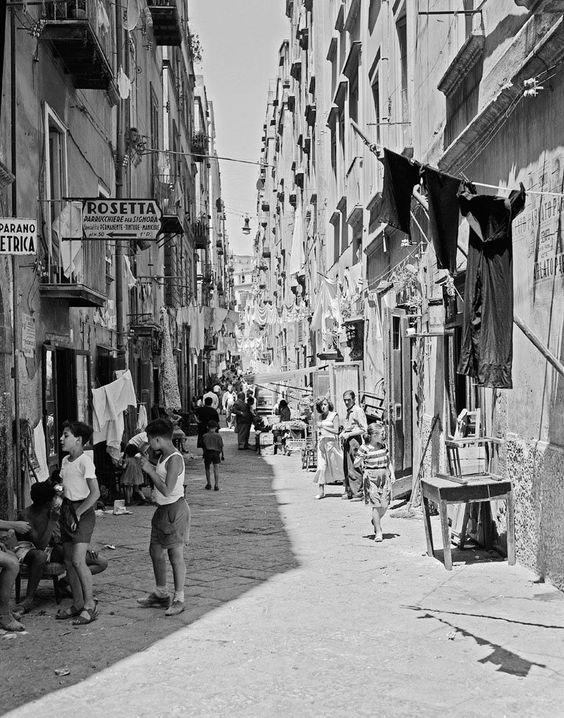 """O texto basta, mantém Elena Ferrante, a escritora italiana que permanece um enigma e fez de Nápoles a grande paisagem da sua literatura. """"Não me escondo, não crio mistérios"""", afirma em vésperas de nos chegar História do Novo Nome, o segundo volume da tetralogia A Amiga Genial."""
