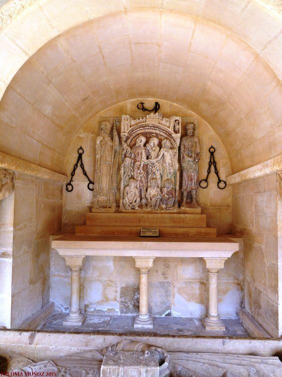 Monasterio de Santo Domingo de Silos. Cenotafio del primitivo enterramiento de Santo Domingo con restos de policromía.