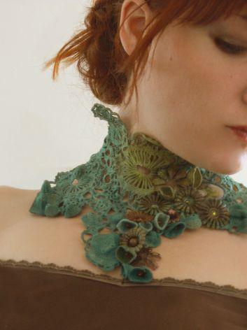 Collier Orée d'Automne, Pièce unique, crochet et teinture main, couleur nuancée, vert/turquoise. Incrustations d'un ancien verre bombé d'Horloger et de fleurs aspect métal oxydé, nuancé cuivré/vert.