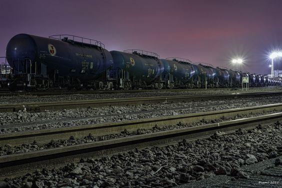 https://flic.kr/p/z13Hq7 | Red Sky - 赤い空 | 決して夕焼け空ではないですが、工場のナトリウム灯が雲に反射している川崎の赤い空。  CANON EOS 7D + TAMRON SP AF 28-75mm F/2.8  #cooljapan #kawasaki #railways