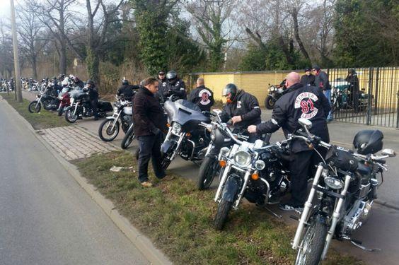 800 BIKER ERWEISEN IHREM KUMPEL DIE LETZTE EHRE | Harley Dirk Bieder