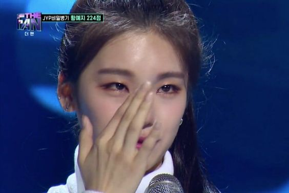 """JYP Trainee Hwang Yeji Tears Up After Performing Dua Lipa's """"New Rules"""" While Injured On """"The Fan"""""""