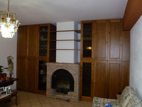 Mobile di sala in legno di Castagno con mensole tutto intorno al camino