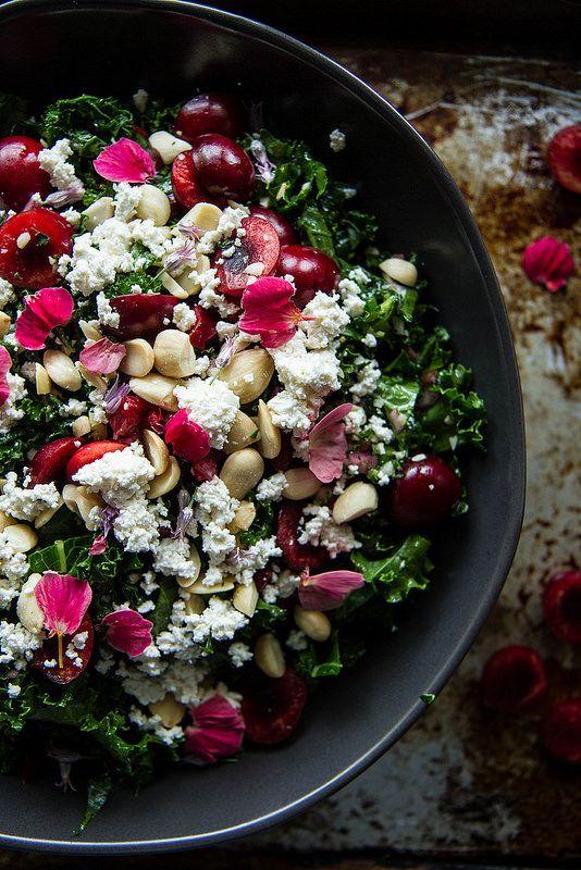 Salada vegana de folhas, cereja e ricota de amêndoa
