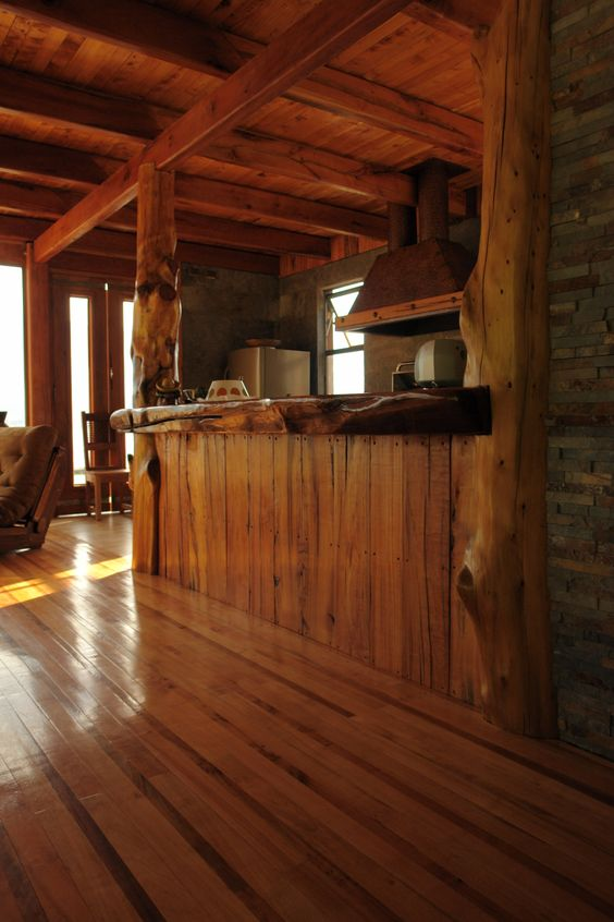 Proyecto aculeo bar de madera con estructura de troncos for Bar rustico de madera