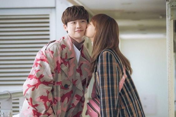 """Lee Jong Suk And Lee Na Young Share Sweet Moments As """"Romance Is A Bonus Book"""" Reaches Final Chapter"""