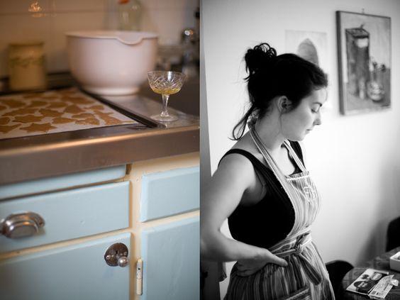 Biscotti e cassetti dipinti d'azzurro.   @Jenny Brandt, http://dosfamily.com/
