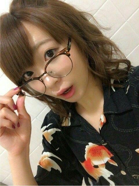 眼鏡をかけた斉藤朱夏