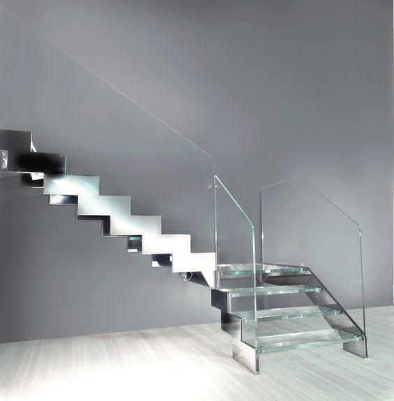 Escalier  Quart tournant avec marches en verre, à limon latéral en