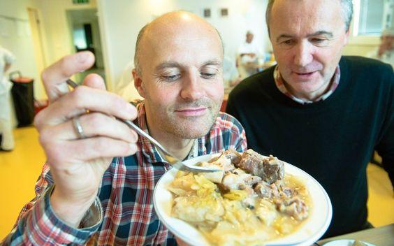 NAM-NAM: Tore Lorentzen (til venstre) og Jørgen Bjørnsborg nyter fårikål i arbeidstiden hos kjøttprodusenten Mydland. Ferskt kjøtt og jevnin...