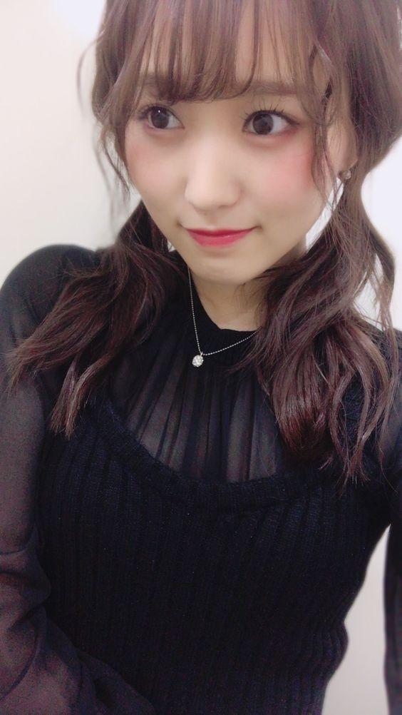黒い服の菅井友香