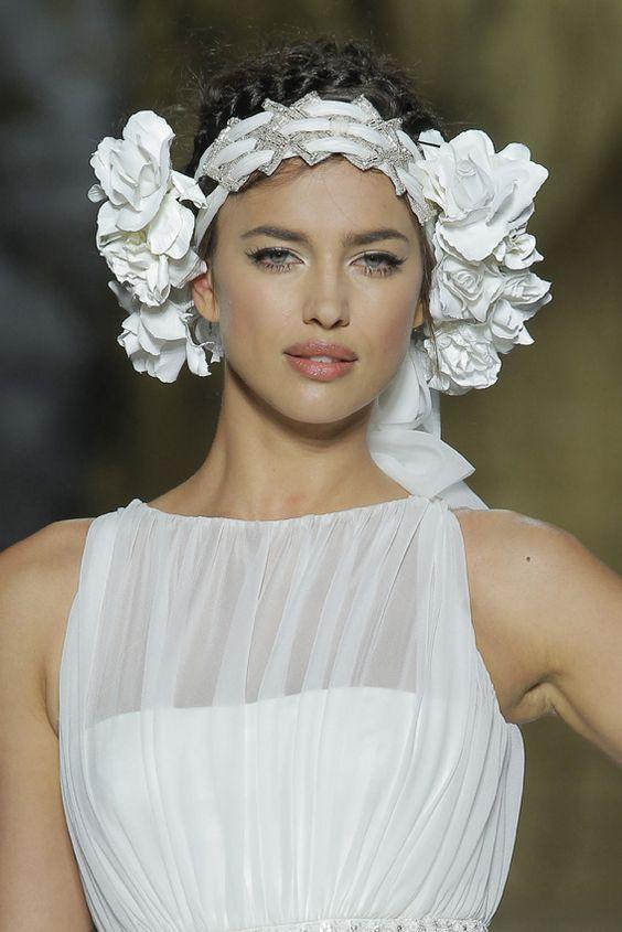 ¡Nueva tendencia! Las novias cambian el ramo por otro accesorio. ¿Adivinas cuál? #complementos #novias #tendencias #modanovias