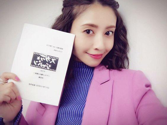 ピンクのジャケットを着てスカッとジャパンの台本を持つ片瀬那奈の画像