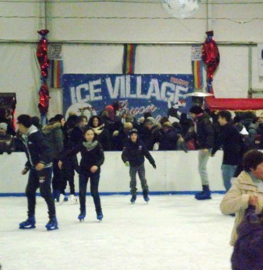 Pattinare sul ghiaccio per le Feste a Rimini: due piste di pattinaggio su ghiaccio al coperto, una zona spettacoli per giochi, animazione e serate a tema, e una zona che accoglie il grande Presepe di sabbia http://bimbiarimini.it/pattinare-sul-ghiaccio-le-feste-rimini Foto: IceVillage Rimini