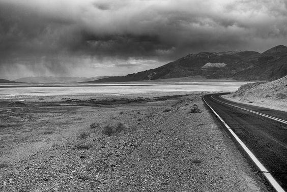 Die Strasse führt direkt ins Death Valley. Die dunklen Wolken deuten auf Regen hin - aber es blieb trocken bei ca. 45 Grad.