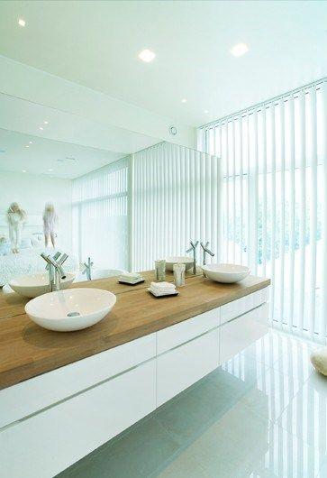 Edler Waschtisch mit Holzplatte und weißem Unterbau Bad