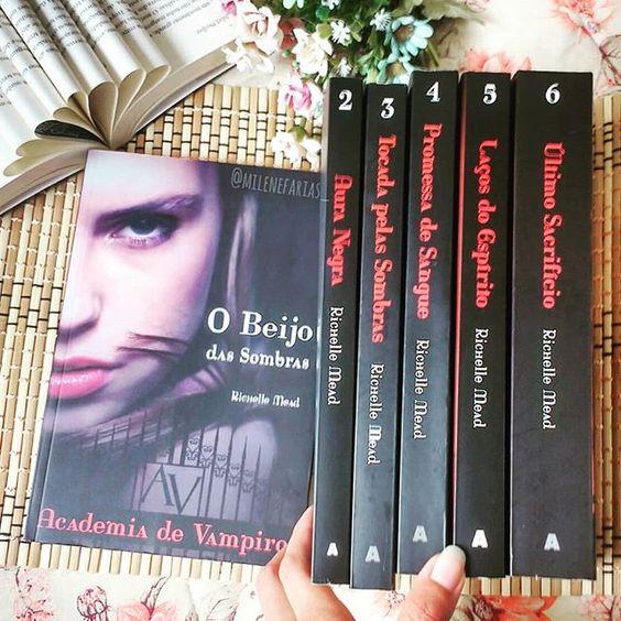 Olá! Rose e Lisa por aqui!  #vampiros #seriessobrevampiros #livros #libros #books #ideadefotoscomlivros