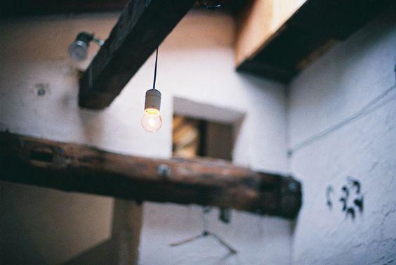 白壁と梁 そして、裸電球と。