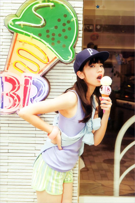 アイスを食べる小松菜奈
