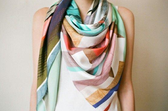 Às vezes, uma echarpe colorida muda todo o visual comum.