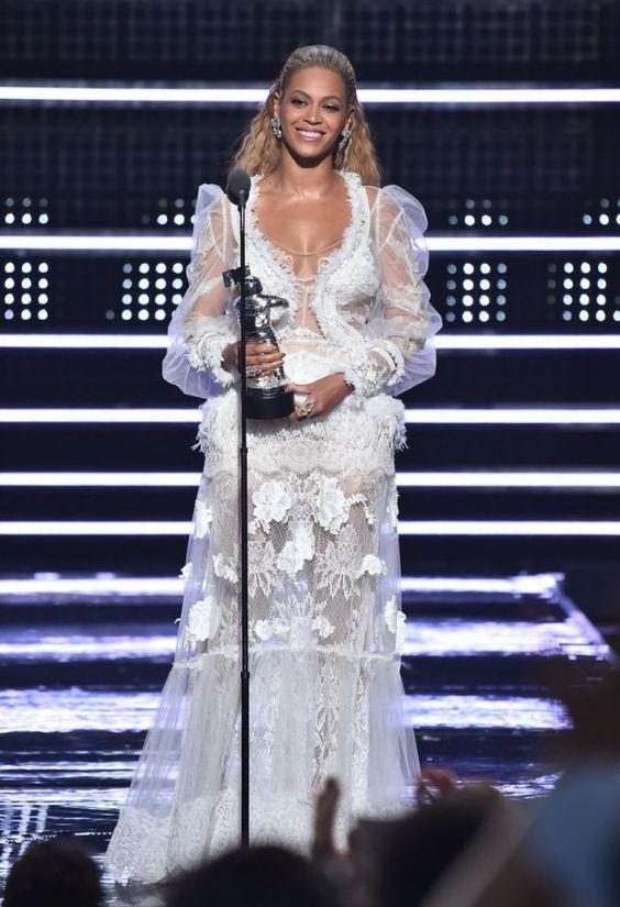 Um ihre erste Auszeichnung an diesem Abend entgegenzunehmen, trug #Beyoncé ein #Brautkleid aus der Yolan Cris Kollektion 2017. Die Sängerin sah in diesem Kleid aus durchsichtiger Spitze so aus, als wäre sie bereit, vor den Altar zu treten. #VMAs #Hochzeit #Hochzeitskleid