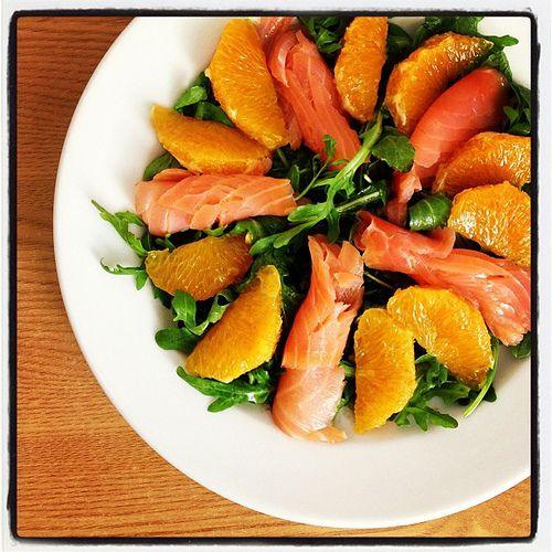 Salada de rúcula, laranja e salmão fumado