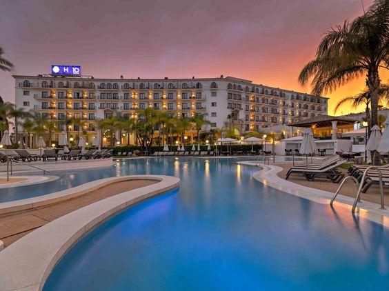 Piscina del hotel al anochecer  #h10andaluciaplaza #andaluciaplaza #h10hotels #h10 #hotel10