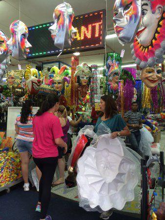 A vitrine da Festas e Fantasias esbanja cor e brilho para o Carnaval