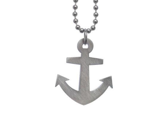 Ahoy! Ein echtes Schmuckstück für alle Piraten, Seebären, Leichtmatrosen oder abenteurlustige Landratten. Häng den harten Anker in deinen Brustpelz...
