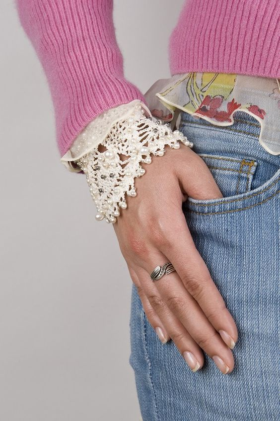 Crochet bracelet with pearls: