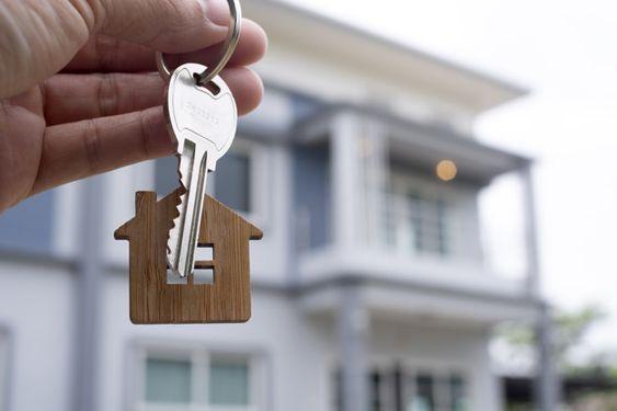 Домовладелец открывает ключ от нового до... | Premium Photo #Freepik #photo #business