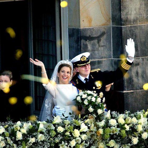 Máxima Zorreguieta e Willem-Alexander acenam para o público na sacada do Palácio Real após se casarem em Amsterdã no dia 2 de fevereiro de 2002 Foto: AFP