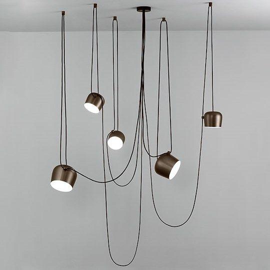FLOS, AIM LAMPS. Favoriet van: Rik. Een nieuwe manier van verlichten waarbij led lampen gebruikt worden.  De snoeren van de lampen worden een nadrukkelijk onderdeel van het ontwerp waarbij een jungle achtig gevoel ontstaat.