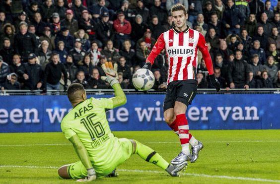 Actie van Gastón Pereiro van PSV in de wedstrijd tegen AZ. Uitslag: 3-0. 2015-11-29