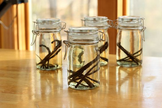 How to Make Homemade Vanilla Extract for Holiday Recipes and Gifts >> http://blog.diynetwork.com/maderemade/how-to/how-to-make-homemade-vanilla-extract?soc=pinterest
