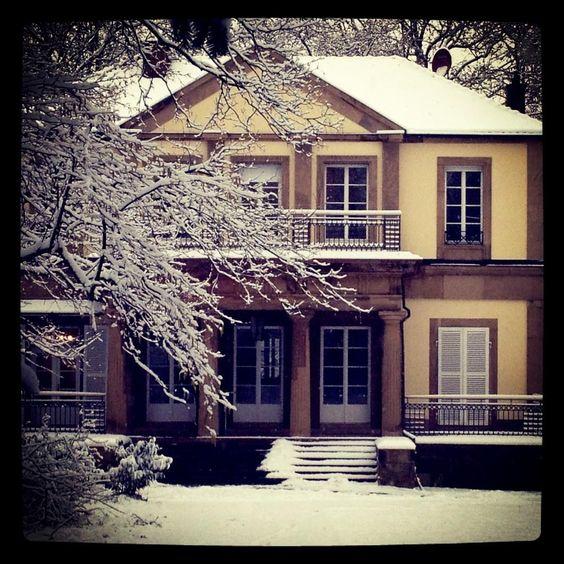 Ein Traum in Weiß: Die Villa versinkt im Schnee.
