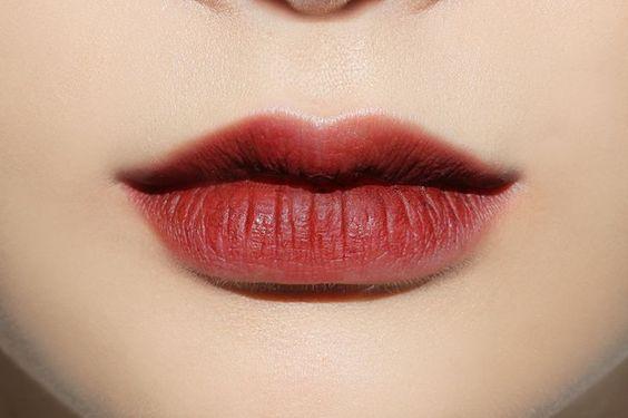 ใช้อายแชโดว์สีเลือดหมูเข้มแต้มบริเวณด้านในของริมฝีปากบนเพื่อสร้างเงาและมิติ