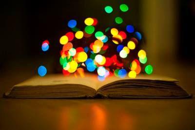La magia dei libri: Come è possibile che un agglomerato di parole su carta possa uscire dalle pagine in cui si trova e toccare da vicino colui che lo sta immaginando durante la lettura?  Ho cercato di incuriosirvi tramite immagini, citazioni, riflessioni.. Sono disponibile per chiacchierate, discussioni, invio di materiali e suggerimenti di lettura
