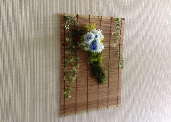 すだれに 涼しい ブルーのバラを アレンジしました。壁掛けに最適です。涼感を 感じます。|ハンドメイド、手作り、手仕事品の通販・販売・購入ならCreema。: