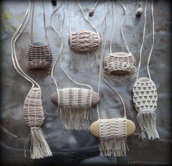 Künstler-Halskette gehäkelte Spitze Flusskiesel Fringe von Monicaj