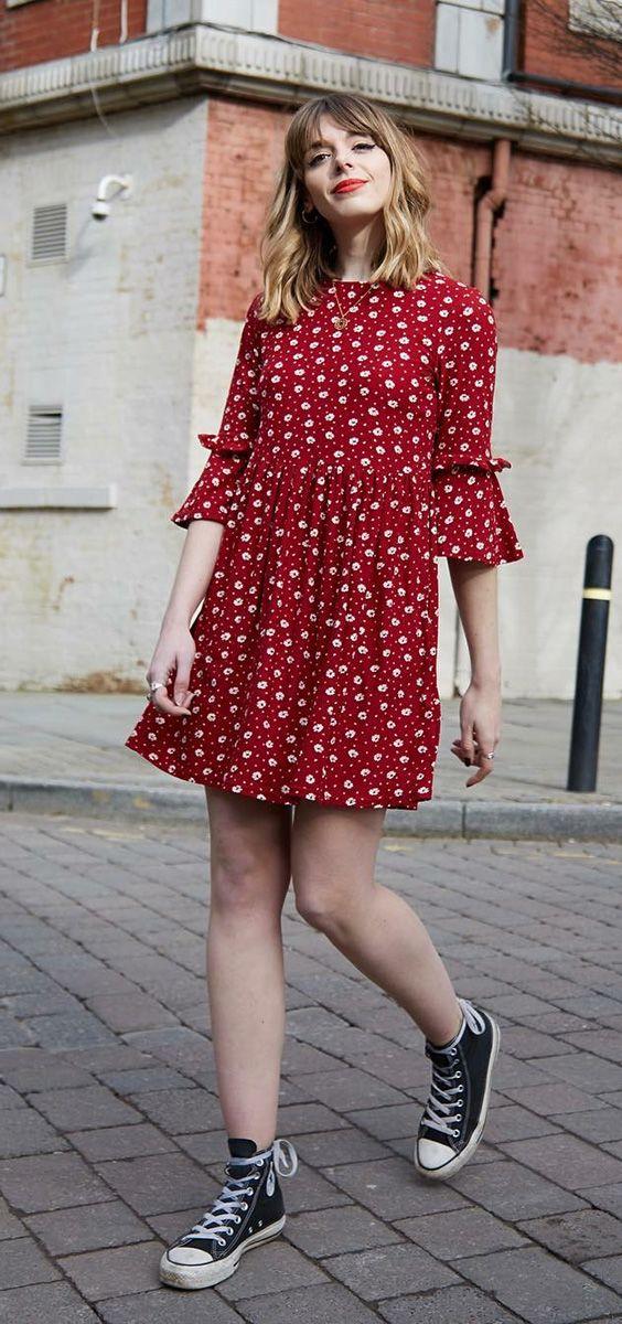 10 looks para quem ama praticidade. Vestido vermelho, com babados e estampa floral, tênis all star preto