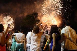 Fogos colorem o céu de Florianópolis para marcar a chegada de 2015 +http://brml.co/1rCYDIu