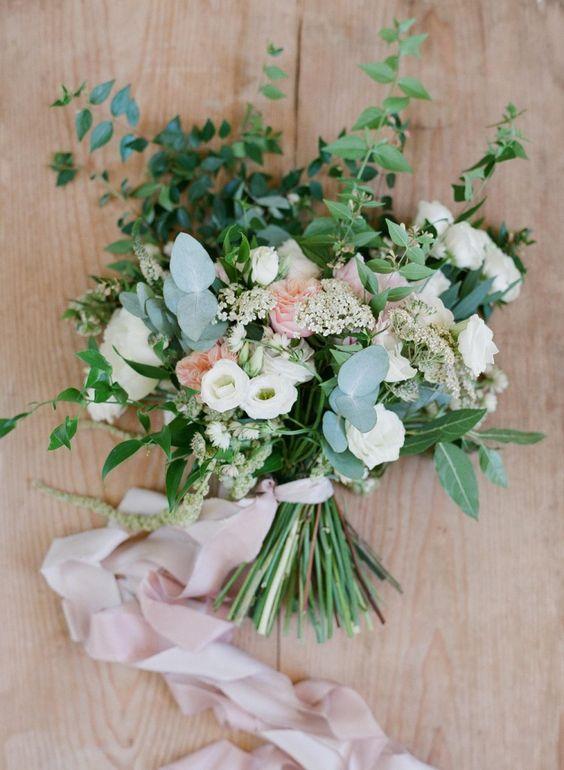 Bouquet mariée bohème romantique avec rubans de soie