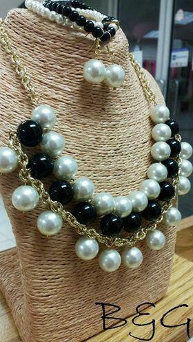 collar blanco y negro con perlas grandes