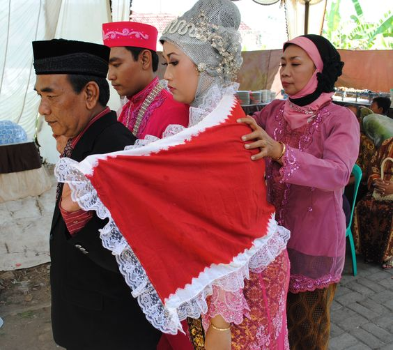 Gendongan.  This Javanese Wedding ritual means parents always take care and protect their children forever. even their children now married and have their own life, love of the parents last forever